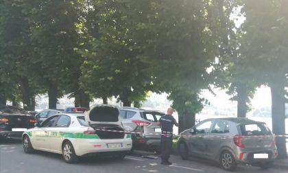 Perde il controllo della sua Bmw e si schianta contro le auto parcheggiate FOTO