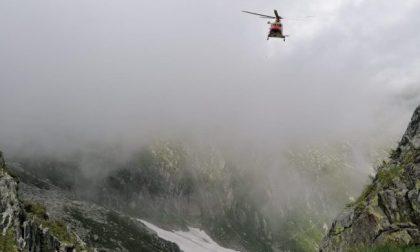 Precipita in montagna e muore a 37 anni. Il padre lo ha vegliato tutta la notte