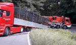 Camion sbaglia manovra e si incastra: intervento dei Vigili del Fuoco