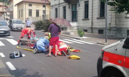 Ragazzino in bici travolge una donna sulle strisce, entrambi in in ospedale in condizioni serie FOTO