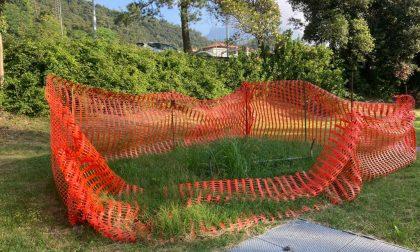 Profonda buca al parco e rischio cedimento in strada: il sindaco intima a Lario Reti di intervenire