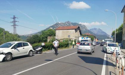 Lecco, scontro auto-moto in corso Bergamo: soccorso 56enne FOTO