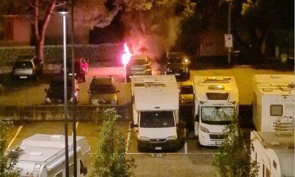 Auto divorata dalle fiamme nel parcheggio FOTO