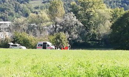 Ciclista trovato a terra lungo l'Adda nei rovi: è grave