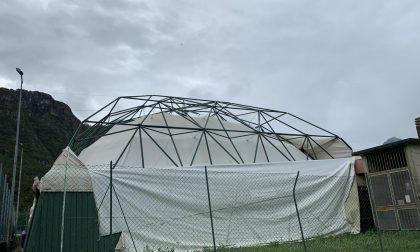 Raffiche di vento, giù il telone al centro sportivo di Civate