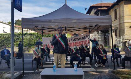 Lecco-Bergamo, i sindaci protestano e bloccano la strada FOTO e VIDEO