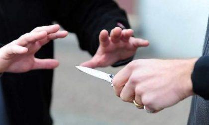 Gemelli accoltellati in piazza da un cugino: il regolamento di conti finisce nel sangue