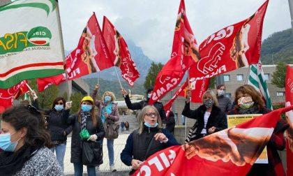 Presidio dei lavoratori fuori dall'ospedale di Lecco FOTO
