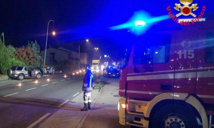 Schianto tra due auto nella notte sulla Provinciale: una macchina si ribalta. Coinvolti sette ventenni FOTO