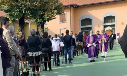 A Villa San Carlo l'ultimo saluto al giovane papà Manuel FOTO