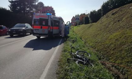 Auto sperona due ciclisti e poi sparisce nel nulla FOTO