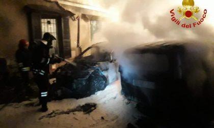 Grave incendio auto: due vetture divorate dalle fiamme