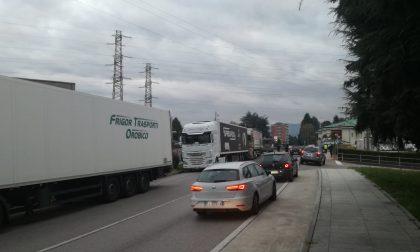 Sciopero alla Spreafico, la provinciale Santa bloccata da una ventina di camion FOTO