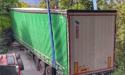 Camion incastrato per colpa del navigatore: spettacolare intervento dell'autogru del Vigili del Fuoco