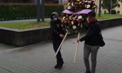 Corona di fiori e targa per le vittime del Covid nel Lecchese: presidio Usb davanti al Manzoni FOTO