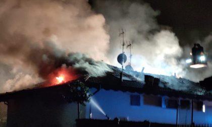 Incendio devastante, distrutto il tetto di una palazzina FOTO e VIDEO