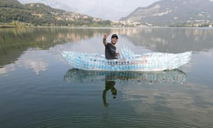 Nel lago con una barca di bottiglie: l'impresa di uno youtuber lecchese