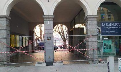 Transenne a Palazzo delle Paure, riaccese le polemiche sui clochard in centro