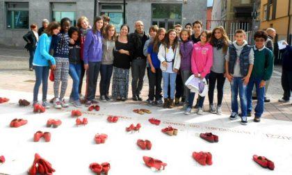 """Lo striscione di """"Zapatos rojos"""" sul municipio di Mandello"""