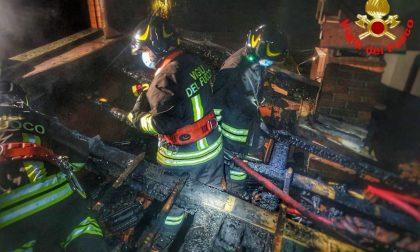 Tetto in fiamme  spento dai vigili del fuoco