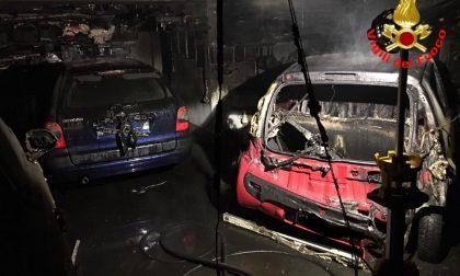 Devastante incendio: distrutte quattro auto e una moto FOTO