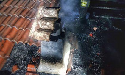 Tetto in fiamme a Barzio, l'intervento dei Vigili del Fuoco