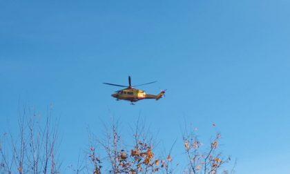 Agente della polizia locale investita davanti a scuola: trasportata in ospedale in elicottero