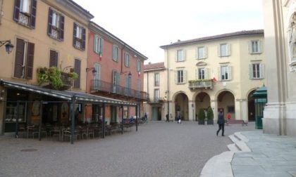 Pensionato si ferma a leggere il giornale in piazza: multa da 400 euro
