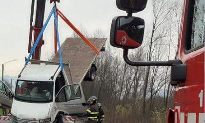 Camioncino si ribalta in un fosso a lato della Provinciale, traffico in tilt. Maxi gru per recuperarlo LE FOTO