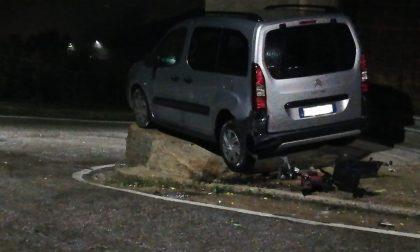 Auto si schianta contro un contatore del gas FOTO