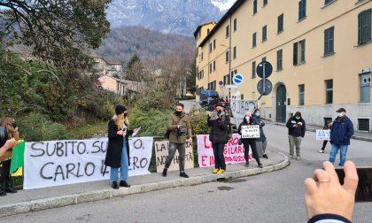 """""""Carlo non sei solo"""": sit-in sotto l'Airoldi e Muzzi per liberare il professore"""