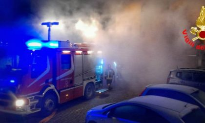 Incendio in un box, evacuata un'intera palazzina FOTO