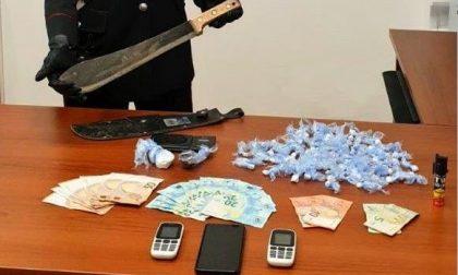 Droga, spray al peperoncino e un machete: 24enne in manette