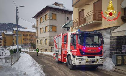 Interrato in fiamme: vigili del fuoco a Esino Lario