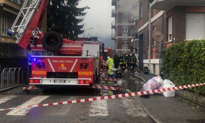 Incendio a Malgrate: l'anziana ustionata e intossicata trasferita a Genova, il marito a Milano. Rientrano gli sfollati