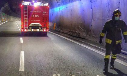 Autocarro perde materiale, intervento dei Vigili del Fuoco sulla Ss36