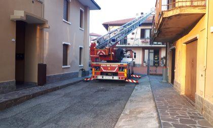 A fuoco il tetto di una casa: le immagini dell'intervento dei pompieri