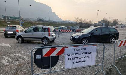 Boom di richieste di tamponi: oltre 40 auto in fila al drive throught al Bione