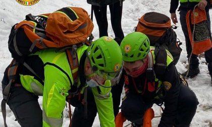 Cade e si ferisce in montagna: intervento di due ore del Soccorso Alpino per recuperare un 30enne milanese