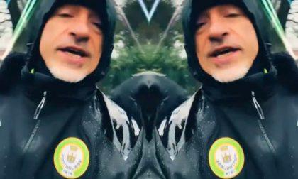 Eros Ramazzotti corre fra i vigneti con la giacca della squadra locale