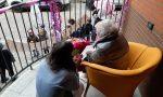 Compie 105 anni in casa di riposo e i bimbi dell'asilo vanno sotto il balcone a farle gli auguri