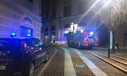 Allarme per fumo dalla banca: intervento di Vigili del Fuoco e Carabinieri. Trovato un bidone di braci incandescenti