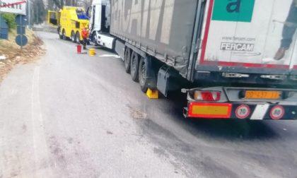 Camion incastrato sulla strada tra Garlate e Galbiate