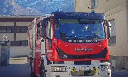 Tetto in fiamme, lungo intervento dei Vigili del Fuoco