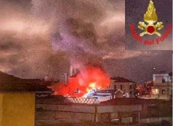 Casa a fuoco nella notte a Lecco: ustionato gravemente un uomo trasportato al Niguarda di Milano