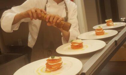 Giovane cuoco perde il lavoro e diventa chef a domicilio