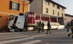 Paura lungo la Provinciale: camion esce di strada e si schianta contro una casa