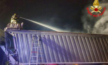 Autoarticolato in fiamme, vigili del fuoco al Bione
