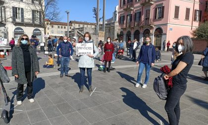 """""""Priorità alla scuola"""": genitori, insegnanti e ragazzi presidiano piazza Cermenati"""