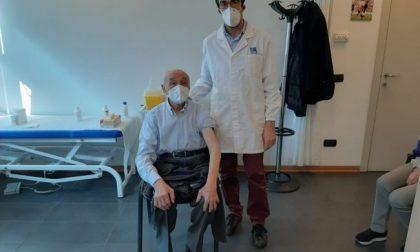 Vaccini anti Covid al Cab: la prima dose somministrata a un 96enne